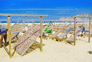 浜辺に座っている人々のグループの写真・画像素材[2361243]