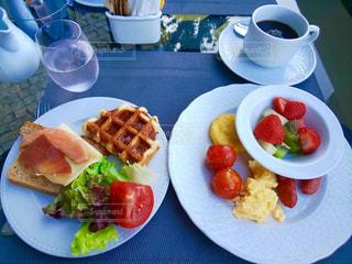 テーブルの上の食べ物の皿の写真・画像素材[2361920]