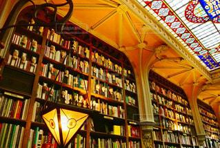 本でいっぱいの本棚のある部屋の写真・画像素材[2389940]