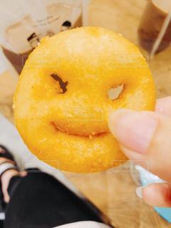 ドーナツを持つ手の写真・画像素材[2441645]