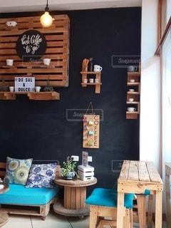 木製のテーブルの上に時計がある部屋の写真・画像素材[2704520]