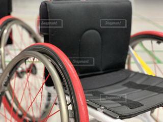 椅子にもたれて自転車の写真・画像素材[1942699]