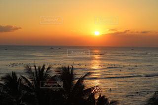 浜辺の夕日の写真・画像素材[2216055]