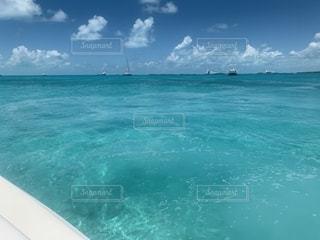 海の隣の大きな水域の写真・画像素材[2686594]