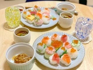 皿の上に食べ物の皿をトッピングしたテーブルの写真・画像素材[2765143]