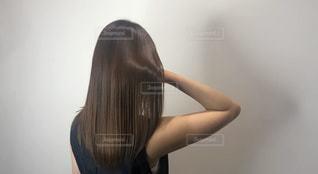 髪を磨く女性の写真・画像素材[3135786]