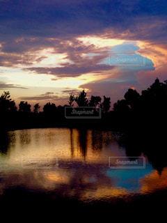 水に沈む夕日の写真・画像素材[1945624]