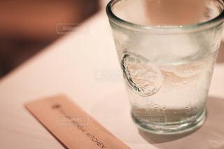 水滴のついたグラスの写真・画像素材[2011953]