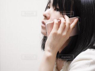 電話中の女性の写真・画像素材[2065411]