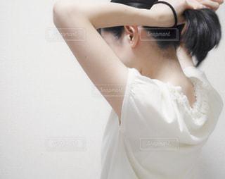 髪を結んでの写真・画像素材[2073683]