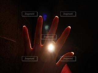 暗い部屋に立っている人の写真・画像素材[2079990]