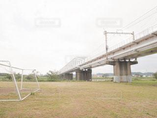 橋とサッカーゴールの写真・画像素材[2082951]