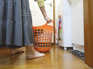洗濯カゴを運ぼうの写真・画像素材[2091531]