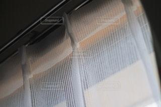 カーテンから漏れる光の写真・画像素材[2091568]