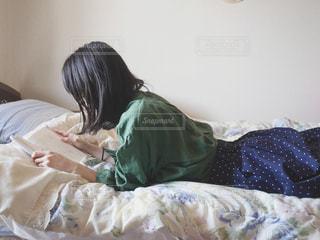 寝転んで読書タイムの写真・画像素材[2245908]