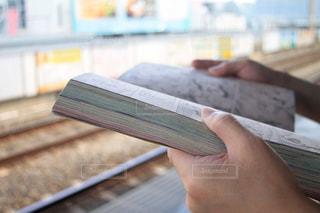 電車を待ちながらの写真・画像素材[2307314]