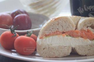 ベーグルサンドとトマトの写真・画像素材[2320068]