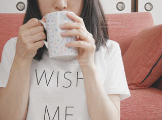 コーヒーを飲む女性の写真・画像素材[2325848]