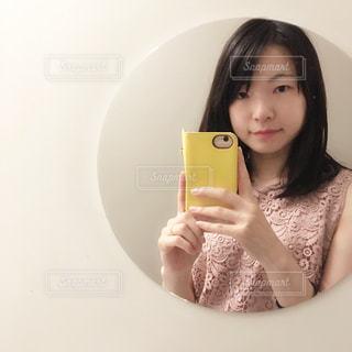 鏡越しの自撮りの写真・画像素材[2354122]