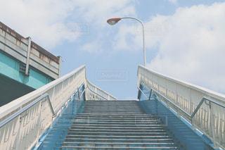 青空と歩道橋の写真・画像素材[2391518]
