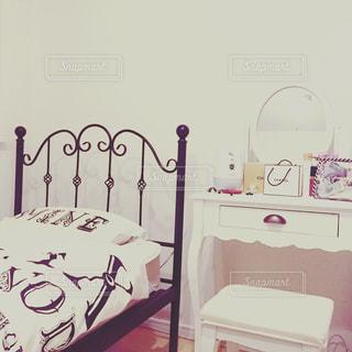 寝室ベッドとドレッサーの写真・画像素材[1897274]