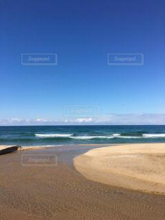 海の隣の砂浜の写真・画像素材[2094738]