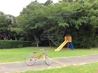 自転車と滑り台の写真・画像素材[2077242]