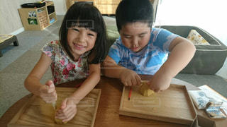 テーブルに座っている小さな子供の写真・画像素材[865021]
