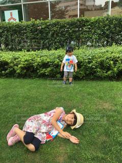 少年の庭でフリスビーで遊んでの写真・画像素材[865022]