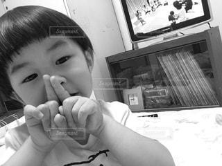 バナナを食べる少年の写真・画像素材[865024]