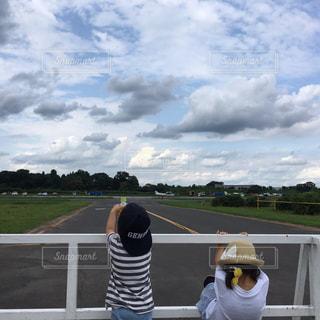 道の端に止まっている飛行機の写真・画像素材[865026]
