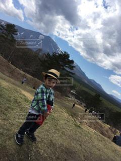 山の側面をスケート ボードに乗って少年の写真・画像素材[865055]