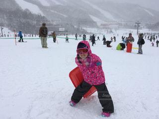 雪に覆われた斜面をスキーに乗っている人のグループの写真・画像素材[865077]