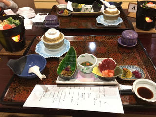 テーブルな皿の上に食べ物のプレートをトッピングの写真・画像素材[865078]