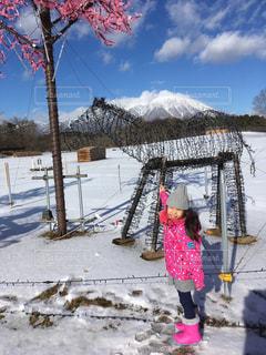 雪の中で立っている女の子の写真・画像素材[865079]