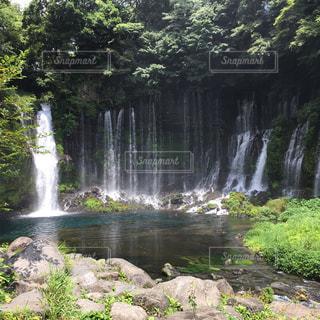 水の体の上の大きな滝の写真・画像素材[1414775]