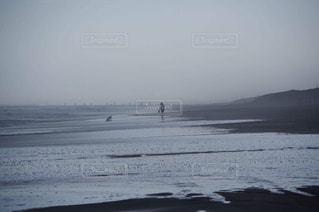 海辺で遊ぶ親子の写真・画像素材[1606607]