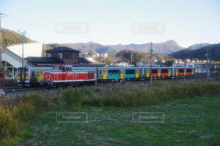 鋼のトラックに大きな長い列車の写真・画像素材[1624907]