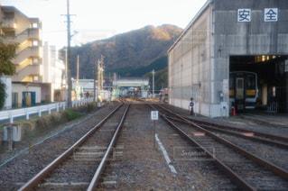 鋼のトラックに大きな長い列車の写真・画像素材[1624917]