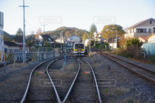 列車は道を下って来るの写真・画像素材[1624918]