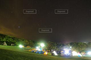 夜を見上げる空の景色の写真・画像素材[2880666]