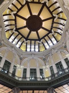 建物の側面に取り付けられた大きな時計の写真・画像素材[2260850]