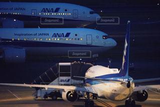 滑走路の上に座っている大型の旅客ジェット機の写真・画像素材[2174323]