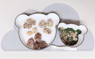テーブルの上に食べ物のプレートの写真・画像素材[1900198]