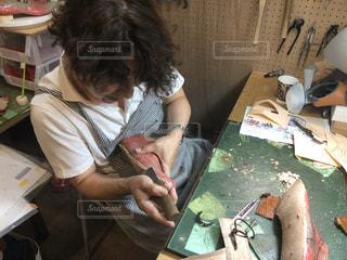 革靴を作る男  中底を削るの写真・画像素材[2553844]
