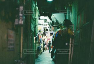 店の前に立っている人の写真・画像素材[1918504]