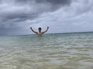 海で波に乗っているときに空中を飛んでいる男の写真・画像素材[2113944]