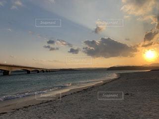 ビーチの砂の上雲のグループの写真・画像素材[1912354]
