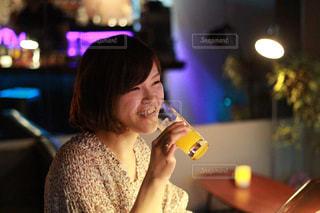 バーでカクテルを楽しむ女性の写真・画像素材[1923500]