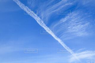 空と飛行機雲の写真・画像素材[4796818]